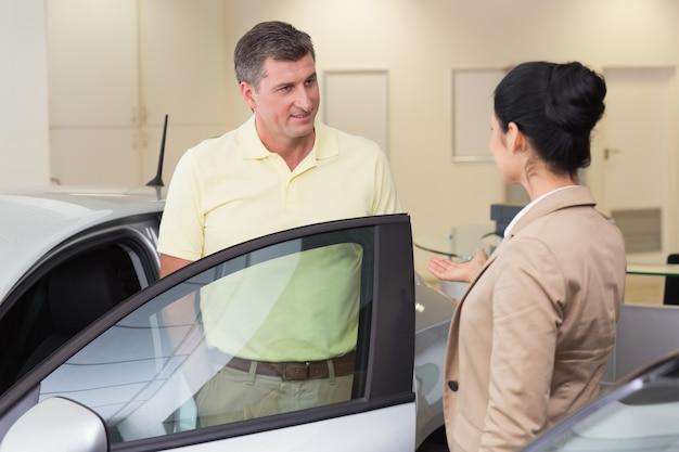 Sprzedawca rozmawia z jej klientem