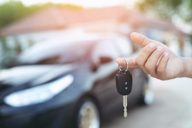 Sprzedawca samochodów i klucz do nowego właściciela
