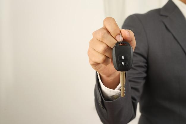 Sprzedawca samochodów wręcza klientom kluczyki.