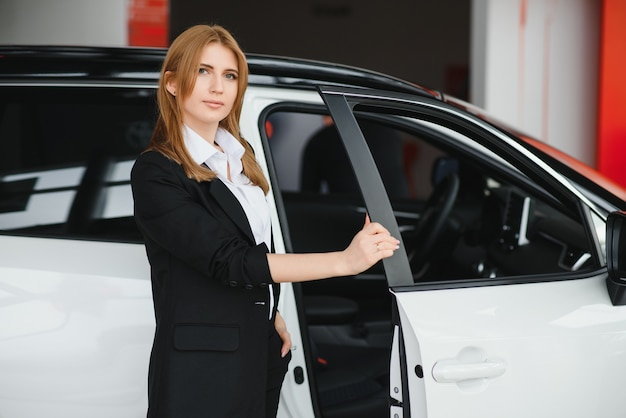 Sprzedawca sprzedający samochody w salonie samochodowym