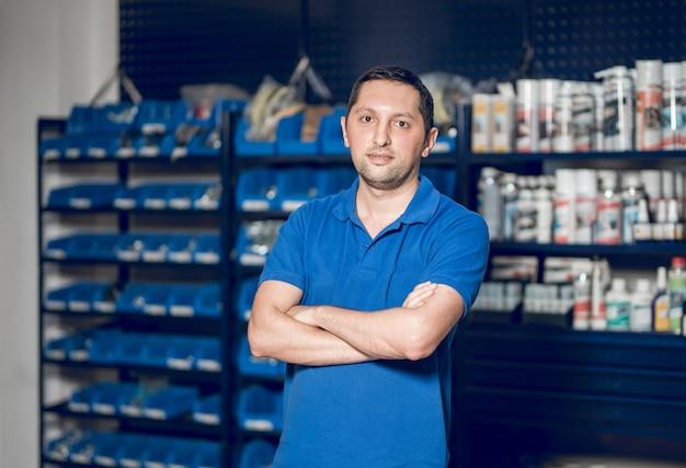 Sprzedawca stojący przed gablotami