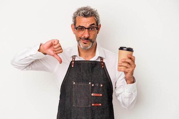 Sprzedawca w średnim wieku trzymający kawę na wynos na białym tle pokazujący gest niechęci, kciuk w dół. koncepcja niezgody.