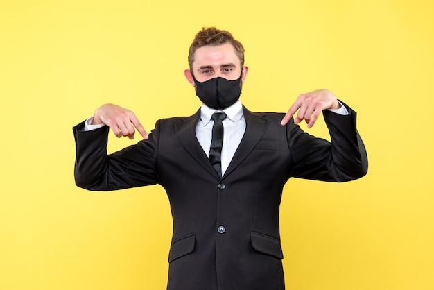 Sprzedawca, wskazując kciukami w dół na odosobnionym żółtym