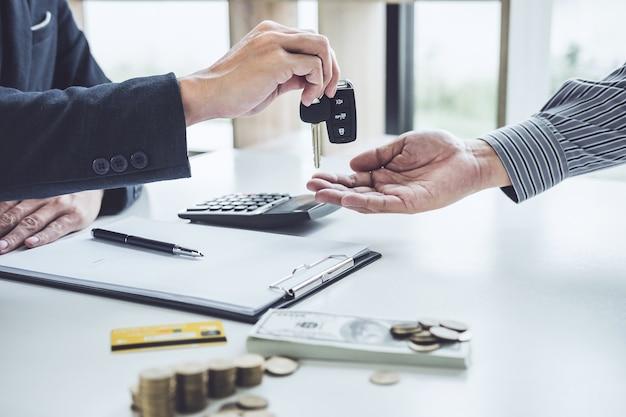 Sprzedawca wysłać klucz do klienta po dobrej umowy, udanej umowy kupna pożyczki samochodowe