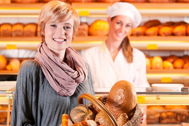 Sprzedawca z żeńskim klientem w piekarni