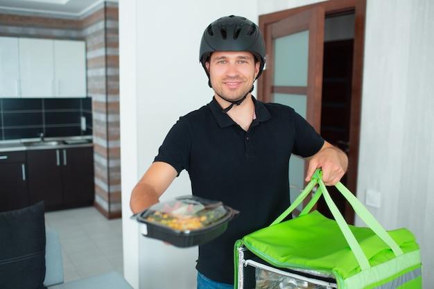 Sprzedawca żywności w domu. trzyma porządek w swoich rękach. koncepcja dostawy żywności