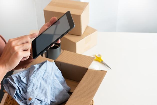 Sprzedawcy internetowi prowadzący małe firmy pracujący w sklepie przygotowujący produkty do dostarczenia klientom