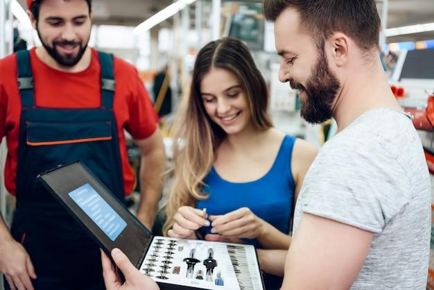Sprzedawcy pokazują klientom nowy zestaw narzędzi