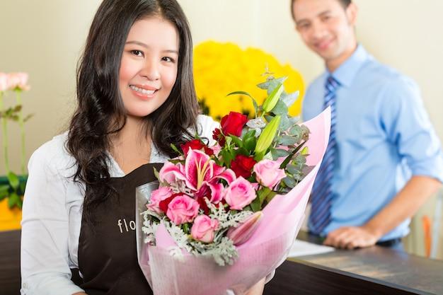 Sprzedawczyni i klientka w kwiaciarni
