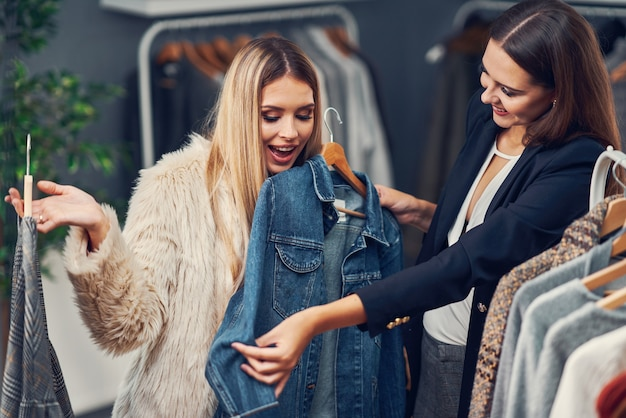 Sprzedawczyni pomagająca klientowi w butiku