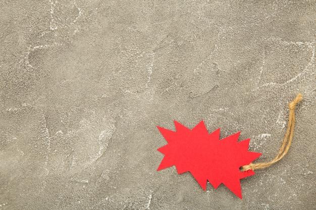 Sprzedaż czerwona etykieta na szarym betonie. czarny piątek