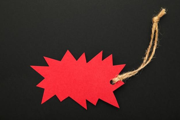 Sprzedaż czerwona metka na czerni. czarny piątek