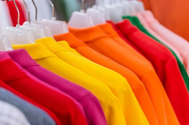 Sprzedaż koszuli wisi w supermarkecie.