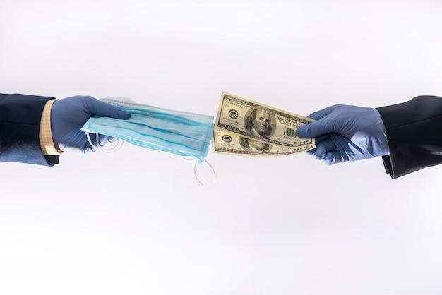 Sprzedaż maski medycznej za dolary podczas infekcji wirusowej pandemii koronawirusa, cena bardzo wysoka. pojęcie zdrowia
