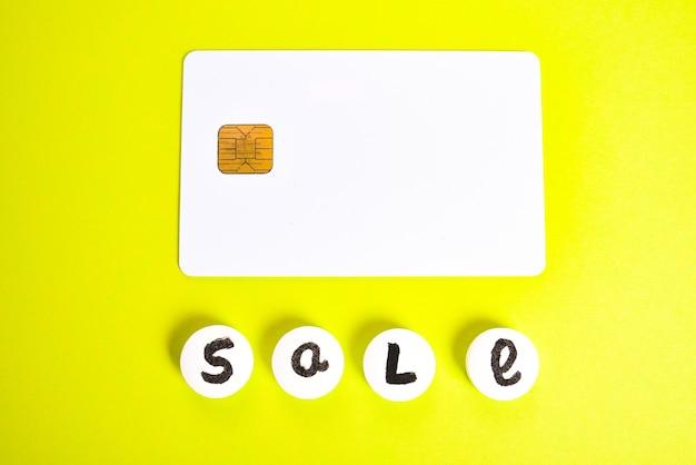 Sprzedaż napisów z białych pigułek lekarskich i wózka kredytowego na jasnozielonej przestrzeni