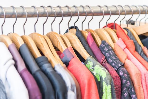 Sprzedaż odzieży dorywczo koszula półki