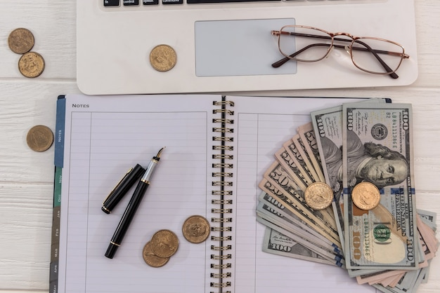 Sprzedaż online laptopa i dolara w okularach, koncepcja oszczędzania