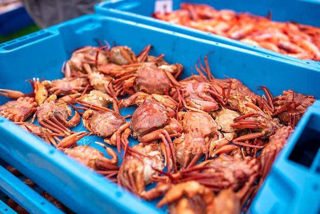 Sprzedaż pudełek z homarami