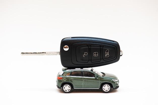 Sprzedaż samochodu. klucz, mały samochód