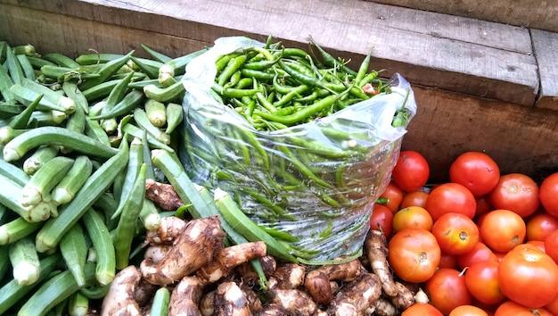 Sprzedaż świeżych i zielonych warzyw na lokalnym targu w lucknow w indiach