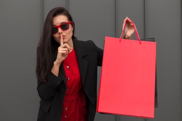 Sprzedaż w czarny piątek kobieta robi gest ciszy
