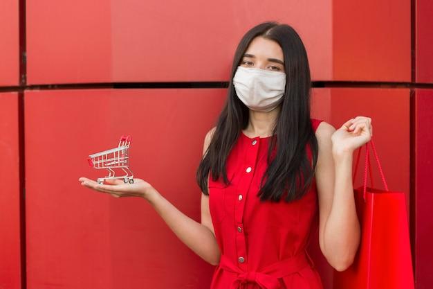 Sprzedaż w czarny piątek kobieta ubrana w maskę medyczną