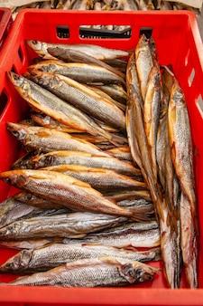 Sprzedaż wędzonej ryby kamczackiej. dalekowschodnie owoce morza, naturalna ryba wędzona - łosoś pachniał na miejskim jarmarku bożonarodzeniowym.