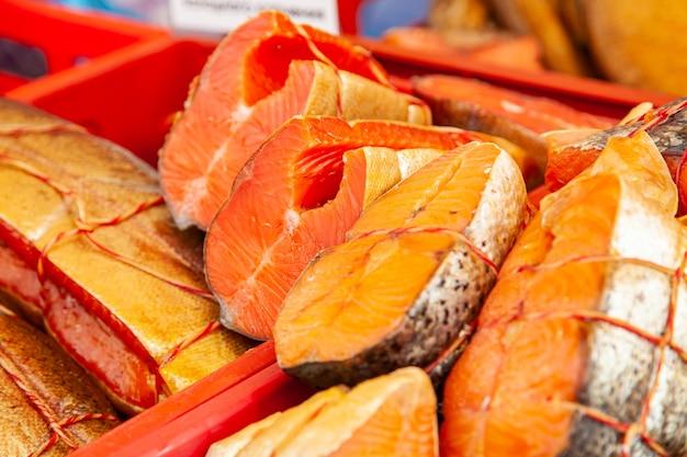 Sprzedaż wędzonej ryby kamczackiej. owoce morza dalekiego wschodu, naturalna ryba wędzona - łosoś chinook na miejskim jarmarku bożonarodzeniowym.