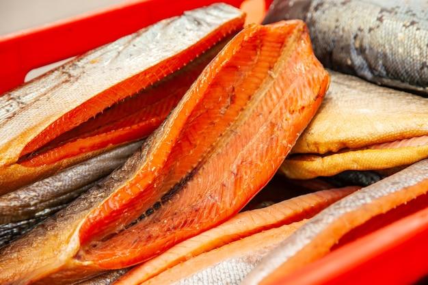 Sprzedaż wędzonej ryby kamczackiej. owoce morza dalekiego wschodu, naturalna ryba wędzona - łosoś coho na miejskim jarmarku bożonarodzeniowym.