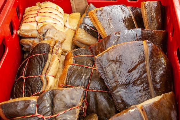 Sprzedaż wędzonej ryby kamczackiej. owoce morza dalekiego wschodu, naturalna ryba wędzona - łosoś halibuta na miejskim jarmarku bożonarodzeniowym.