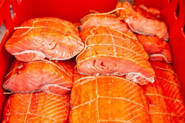 Sprzedaż wędzonej ryby kamczackiej. owoce morza dalekiego wschodu, naturalna ryba wędzona - łosoś sockeye na miejskim jarmarku bożonarodzeniowym.