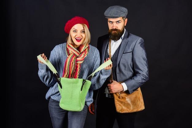 Sprzedaż wiosna wyprzedaż wiosna moda z bliska portret pięknej dziewczyny w swetrze i brodaty mężczyzna w