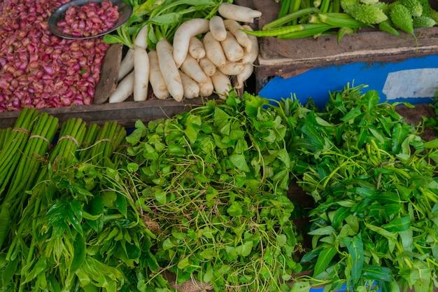 Sprzedaż zieleni na targu warzywnym.