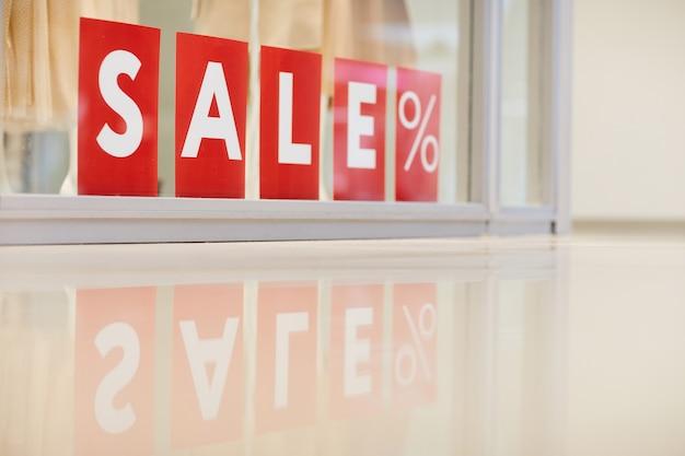 Sprzedaż znak w sklepie odzieżowym