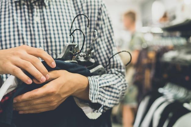 Sprzedaży mody zakupy ubrań sklepu pojęcie z rocznika brzmieniem