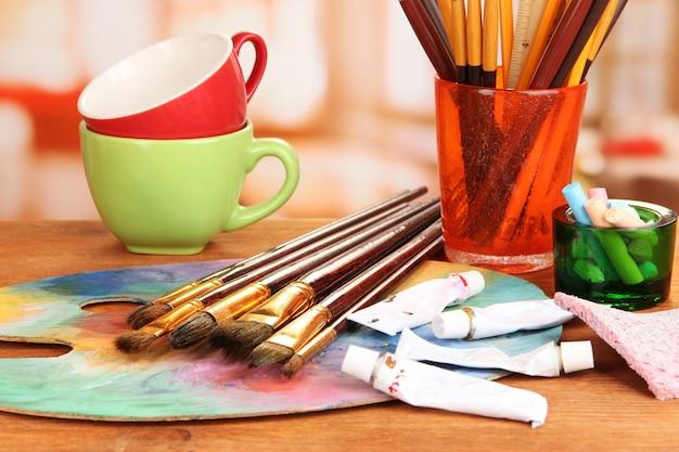 Sprzęt artystyczny: farby, pędzle i paleta plastyczna