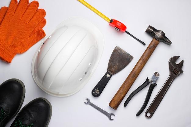 Sprzęt bezpieczeństwa i narzędzie pracy na białym tle. widok z góry.