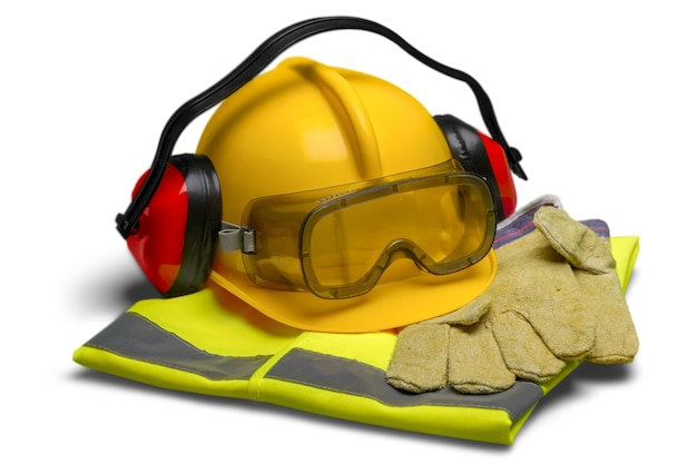 Sprzęt bezpieczeństwa – kask, gogle, ochrona słuchu, kamizelka i rękawiczki