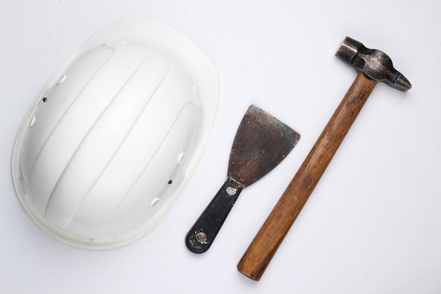 Sprzęt bezpieczeństwa konstruktora i narzędzie pracy na białym tle. widok z góry.