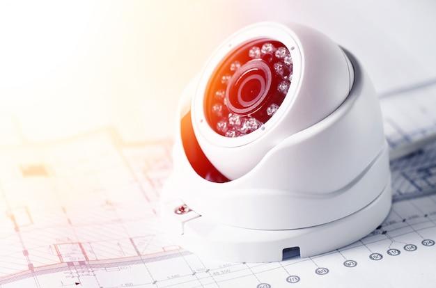 Sprzęt bezpieczeństwa wideo i plan na stole. dobry dla firmy inżynieryjnej zajmującej się bezpieczeństwem