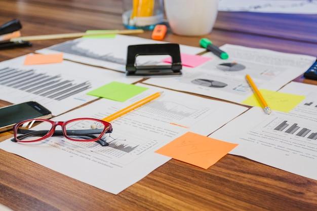 Sprzęt biurowy umieszczony na stole