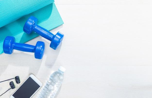 Sprzęt do ćwiczeń fitness na podłodze z drewna z ciepłym światłem i flary obiektywu