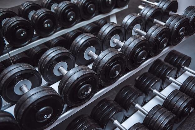 Sprzęt do ćwiczeń siłowni i hantle na sport.