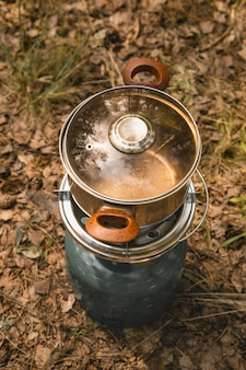 Sprzęt do gotowania na kempingu metalowy palnik gazowy ze stalową patelnią na zewnątrz jesienna kuchnia turystyczna