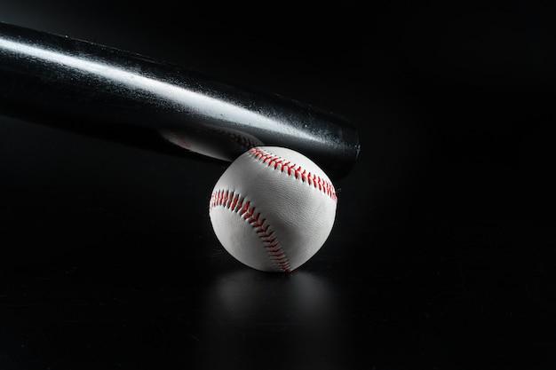 Sprzęt do gry w baseball na ciemnej powierzchni