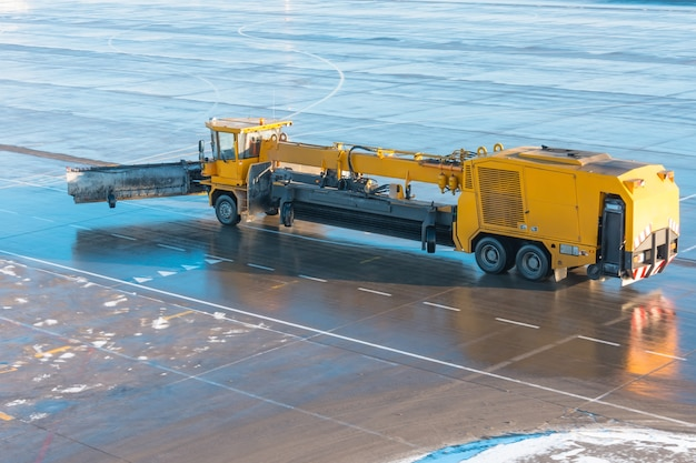 Sprzęt do maszynowego odśnieżania na lotnisku.