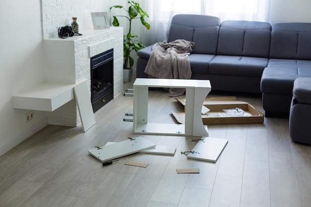 Sprzęt do montażu mebli na stole w salonie