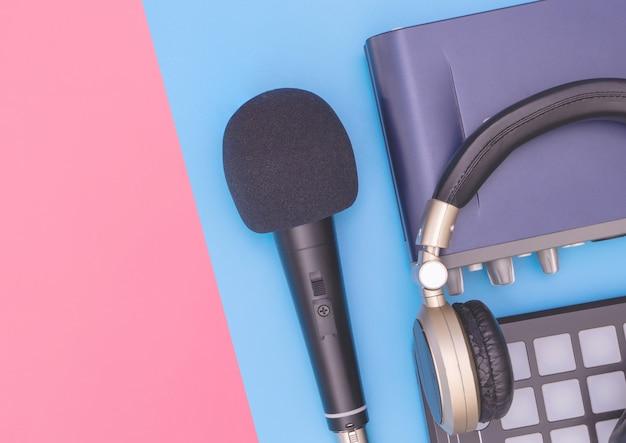 Sprzęt do nagrywania muzyki na niebiesko-różowej kopii przestrzeni