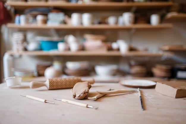 Sprzęt do plotera na drewnianym stole w warsztacie