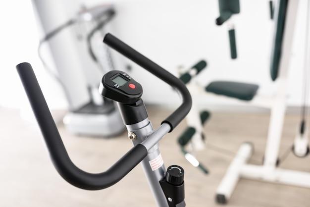 Sprzęt do rehabilitacji we wnętrzu kliniki fizjoterapii.